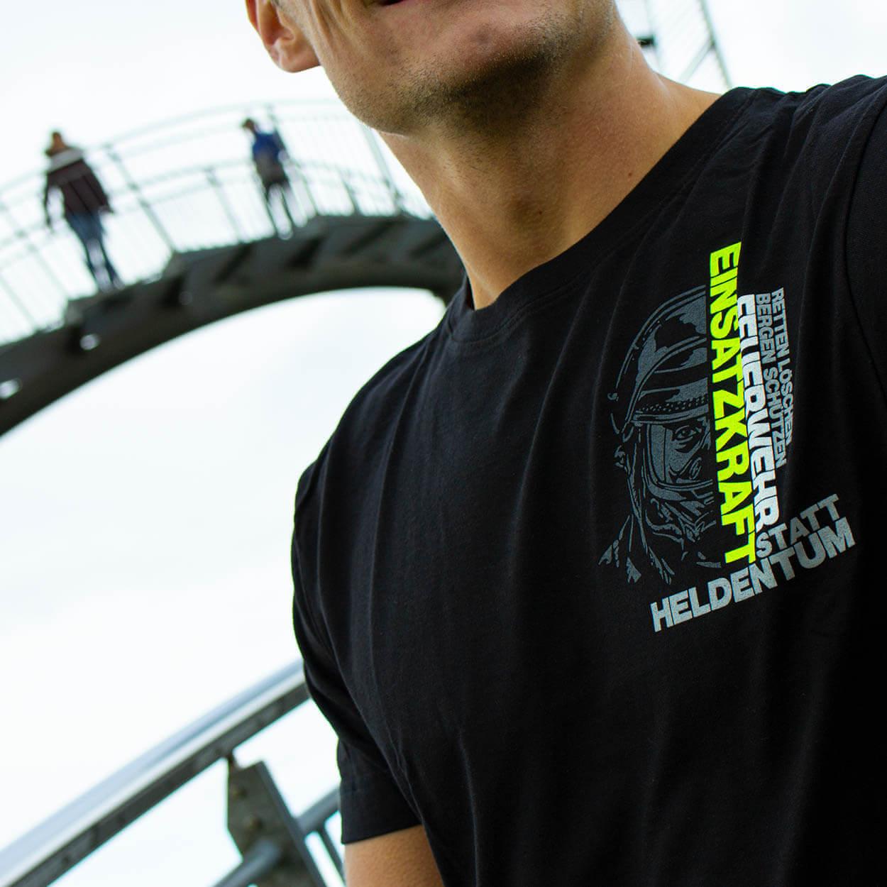 82 Millionen Design - Feuerwehr Männer T-Shirt schwarz